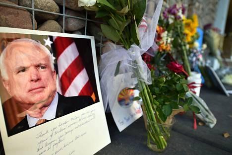 Muistoesineitä senaattori John McCainin toimiston edessä Phoenixissä Arizonan osavaltiossa 26. elokuuta.