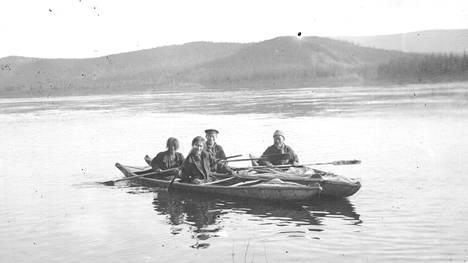 Evenki kansan Arrow-Chuni heimon edustajia kanootteineen, kuvattu väestönlaskennan yhteydessä vuonna 1927. Heimo rakensi sekä tuohella että hirven nahalla päällystettyjä kanootteja, joissa kummassakin oli samanlainen itsekantava runko.