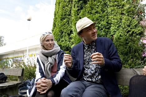 Miia Perkkiö (vas.) ja Panu Savolainen pian purettavassa Puotilan ostoskeskuksessa.