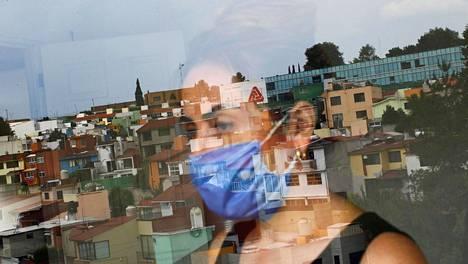 Aviomiehensä koronavirukselle menettänyt Mónica Samudio katseli ulos asuntonsa ikkunasta Méxicon kaupungissa toissa viikon keskiviikkona.