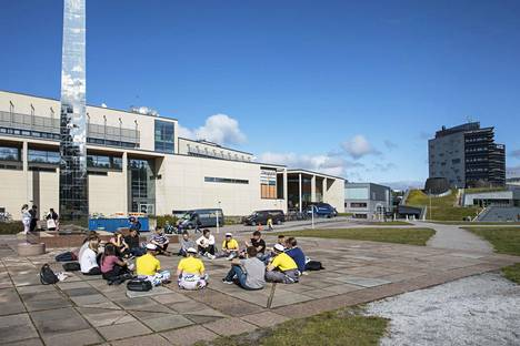 Opiskelijoita Tampereen yliopiston Hervannan kampuksella elokuussa.