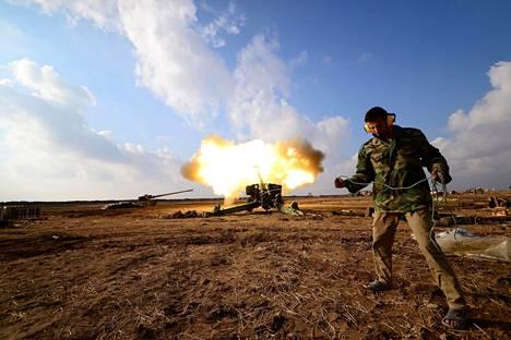 Hashd al-Sha'abin eli etupäässä shiioista koostuvien puolivirallisten asejoukkojen jäsen taistelemassa Isisiä vastaan Mosulin lähellä Irakissa.