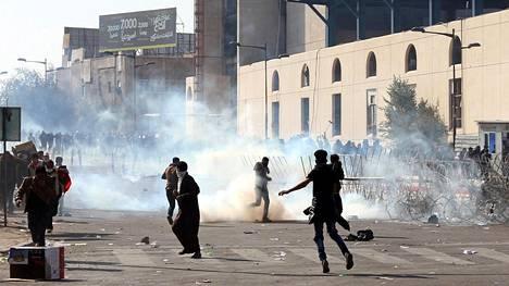Poliisi käytti kyynelkaasua mielenosoittajien hillitsemiseen.