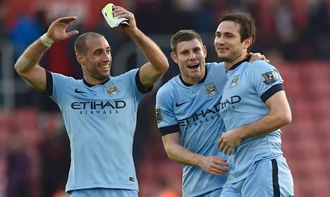Pablo Zabaleta ja James Milner onnittelivat Manchester Cityn toisen maalin laukonutta Frank Lampardia (oik.). City ratkaisi Southampton-ottelun toisella puoliajalla, vaikka se pelasi lopun alivoimalla.