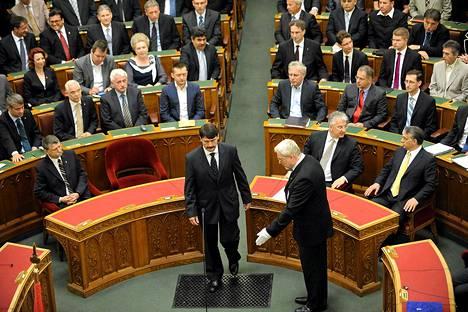Vastavalittu presidentti Janos Ader vannoi presidentinvalansa Unkarin parlamentissa Budapestissa keskiviikkona.