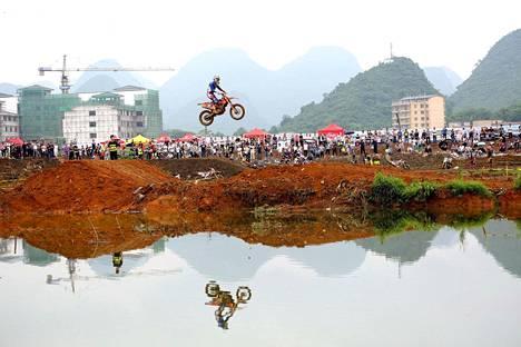 Kiinalaismotoristi kilpailee motocross-kisassa Guangxi Zhuanginin makunnan Guilinissa lauantaina.
