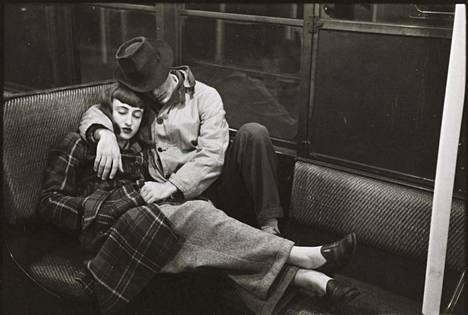 """""""Elämää ja rakkautta New Yorkin metrossa"""", julkaistu: 4.3.1947. Tämä oli Kubrickin ensimmäinen pitkä essee Lookille. Artikkelissa oli lavastettuja ja yllättäen otettuja kuvia sekä piilokameralla otettuja kuvia. Kaikki kuvat on otettu luonnonvalossa."""