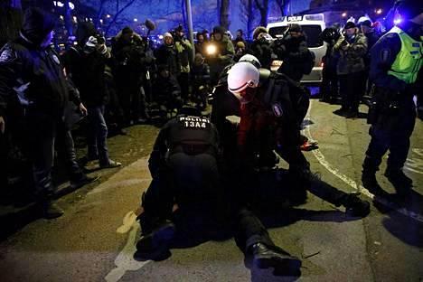 Poliisi otti kiinni uusnatsien kulkueeseen hyökänneen.
