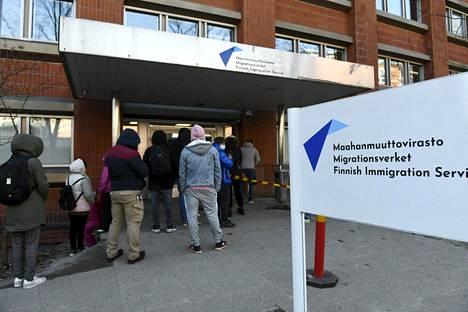 Asiointijonoa Maahanmuuttovirasto Migrin Malmin pisteessä Helsingissä 19. huhtikuuta.