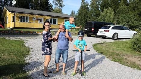 Virosta Suomeen muuttaneet Kati Mihkelsaar ja Peeter Teesalu asuivat ensin vuokralla ja asumisoikeusasunnossa Vantaalla, kunnes löysivät unelmiensa kodin Pornaisista. Karl Teesalu, 9, on syntynyt Virossa, ja Robert, 2, Suomessa.