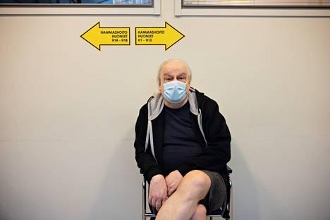 Risto Blommendahl odotteli hammaslääkäriaikaansa Tapiolan hammashoitolan odotustilassa.