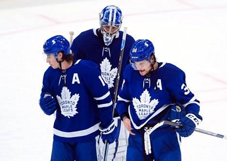 Taas tuli turpaan. Toronton tähtipelaajat Mitch Marner (vas.) sekä Auston Matthews eivät onnistuneet pudotuspeleissä, ja Maple Leafsin kevät päättyi jälleen kerran lyhyeen. Taustalla maalivahti Jack Campbell.