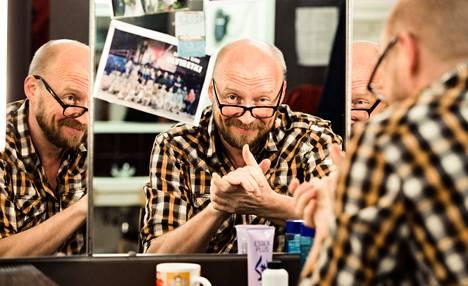 """Antti Pääkkönen on näytellyt Kansallisteatterissa lähes 30 vuotta. """"Ei ole monta kertaa potuttanut lähteä töihin"""", hän sanoo pukuhuoneessaan."""