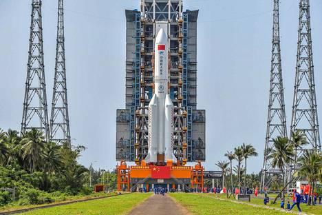 Pitkä marssi -kantoraketti kuvattiin 23. huhtikuuta laukaisualustalla. Sen pitäisi kohta viedä Kiinan uuden avaruusaseman osa kiertoradalle.
