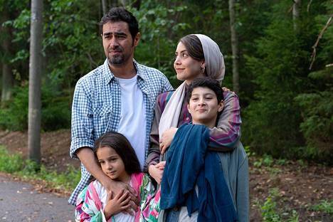 Shabab Hosseini ja Shabnam Ghorbani esittävät turvapaikkapäätöstä odottavan perheen isää ja äitiä. Perheen tytärtä esittää Kimiya Eskandari ja poikaa Aran-Sina Keshvari.