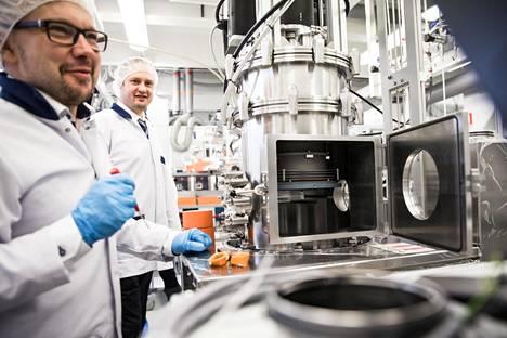 Picosun-yhtiön teknologiajohtaja Jani Kivioja (vas.) ja toimitusjohtaja Juhana Kostamo esittelevät Kirkkonummella sijaitsevissa tiloissaan atomikerroskasvatuslaitteistoa.