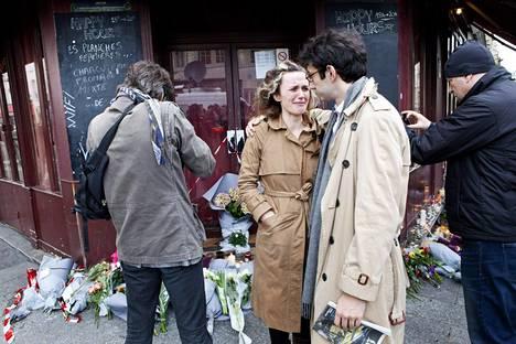 Ihmiset surivat Le Carillon -ravintolan edessä lauantaina.