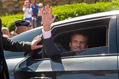 Presidentti Macron vilkutti kannattajilleen poistuessaan äänestyspaikalta Le Touquet'ssa.