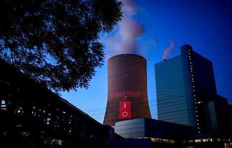 Greenpeacen mielenosoittajat heijastivat Ilmastokriisi-tekstin Datteln 4 -voimalan jäähdytystorniin lauantaina.