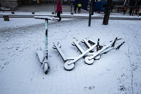 7. marraskuuta: Talvi lupaili tuloaan. Lumisia sähköpotkulautoja Kiasman edessä.