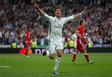 Cristiano Ronaldo teki tiistai-iltana kolme maalia Bayern Münchenin verkkoon ja juhli Real Madridin sankarina joukkueensa etenemistä Mestarien liigan välieriin. Jo ensimmäisessä osaottelussa syntyi kaksi maalia.