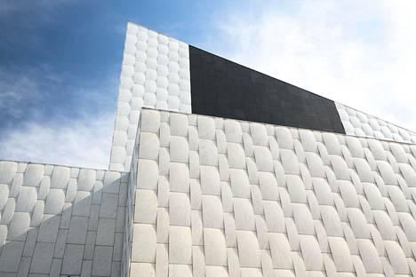 Finlandia-talon julkisivussa käytetty musta kivi on Suomen Oulaisista louhittua gabroa.