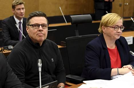 Jari Aarnio ja Riitta Leppiniemi hovioikeudessa, kun käsittely alkoi.