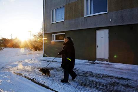 Oulunkylässä yli 30 vuotta asunut Maarit Laaksonen kokee, että Helsingin kaupungin teettämät havainnekuvat, joissa hänen kotitalonsa esitetään purettavaksi, ovat lyöneet leiman taloyhtiöön.