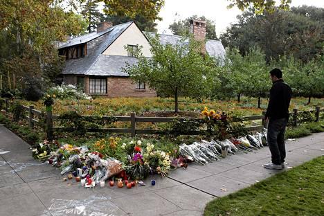 Steve Jobsin kodin edustalle Palo Altossa on jätetty paljon kukkia ja omenoita.