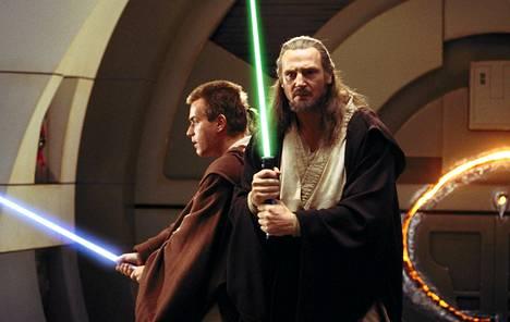 Liam Neeson ja Ewan McGregor Tähtien sota: Episodi I - Pimeä uhka -elokuvassa.