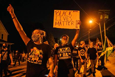 Mielenosoittajat marssivat keskiviikkona Wisconsinin Kenoshassa. Kaupunkiin oli julistettu hätätila Jacob Blaken ampumisen jälkeen.
