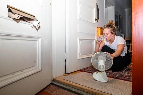 Hertta Korhonen tuulettaa asuntoaan pitämällää ulko-ovea auki, jotta rappukäytävästä tulisi happea. Ovella hurisee myös pieni pöytätuuletin, ja talouspaperirullat on aseteltu pitämään postiluukkua auki.