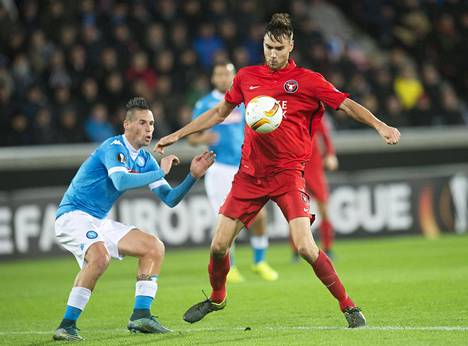 Tim Sparv (vas.) taisteli Napolin Marek Hamsikin kanssa Eurooppa-liigan ottelussa 22. lokakuuta.