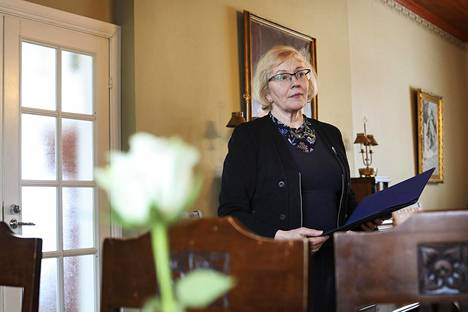 Juhlapuhuja Marja Vinni aloittaa hautajaispuheen valmistelun keskustelemalla vainajan elämästä kuolleen läheisten kanssa.