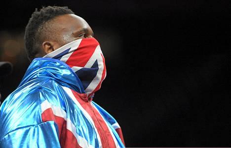Dereck Chisora saapui Hartwall-areenan otteluun Britannian lippuun sonnustautuneena.