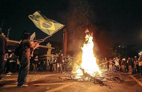 Opiskelijat sytyttivät nuotion hallintorakennuksen edustalle São Paolossa maanantaina.