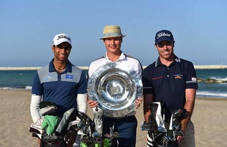 Tapio Pulkkanen pääsi kokeilemaan rankingin ykkösen kiertopalkintoa jo Omanin finaalin aattona seurassaan Englannin Aaron Rai (vas.) ja Ranskan Julien Guerrier.