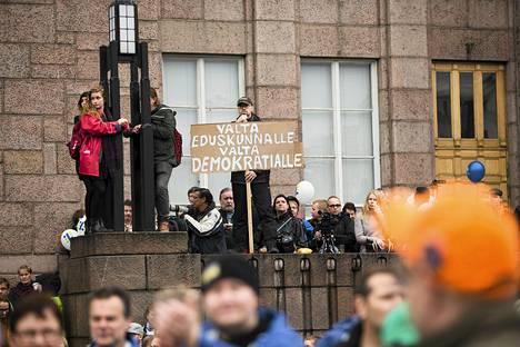 Rautatientori täyttyi mielenosoittajista perjantaina puolenpäivän aikoihin.