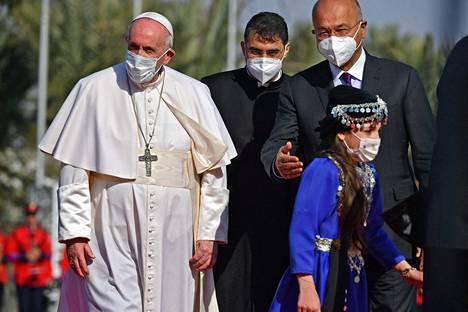 Irakin presidentti Barham Saleh (oik.) toivotti paavi Franciscuksen tervetulleeksi presidentin palatsissa Bagdadin Vihreällä vyöhykkeellä perjantaina.