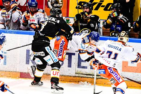 Kärppien Saku Mäenalanen (vas.) ja Tapparan Otso Rantakari laitakahinassa jääkiekon SM-liigan viime kauden finaalissa. Tilannetta seurasi Tapparan kultakypärä Kristian Kuusela.