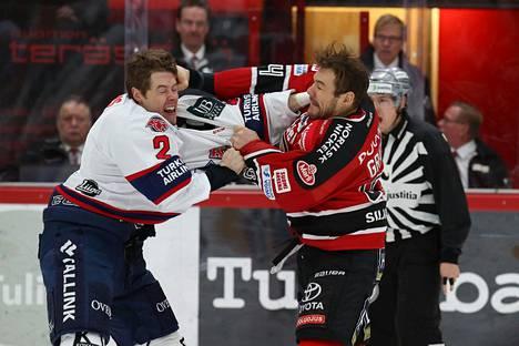 HIFK:n Matt Generous (vas) ja Ässien Josh Gratton tappelivat Porissa 12. marraskuuta pelatussa ottelussa. Liigan kurinpitäjä Sampo Liusjärvi määräsi kummallekin kahden ottelun pelikiellon.
