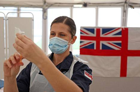 Hoitaja valmistautui rokottamaan Astra Zenecan rokotteelle Bathissa Englannissa tammikuun lopussa.