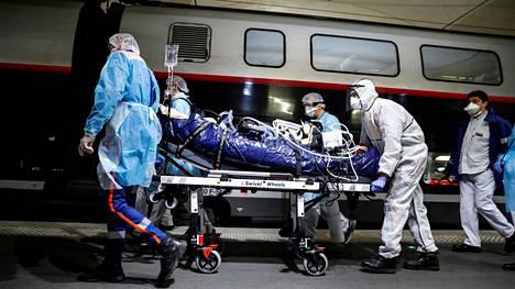 Potilasta siirrettiin TGV-junaan Gare d'Austerlitzin asemalla Pariisissa keskiviikkona.