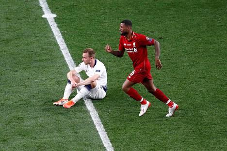 Tottenhams Christian Eriksen pettyneenä Mestarien liigan finaalin jälkeen, Liverpoolin Georginio Wijnaldum juhlii.
