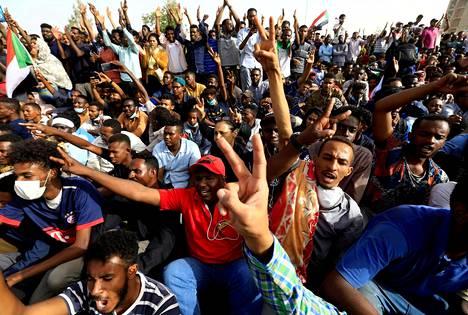 Ihmiset juhlivat Khartumin kaduilla presidentti Omar al-Bashirin vallastaluopumista.