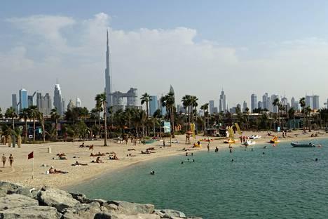 Dubaissa voi viettää myös rantalomaa. La Mer on yksi uusimmista ilmaisista rannoista, ja se tarjoaa näkymän Dubain kaupunkisilhuettiin.