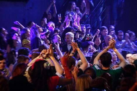 Kun liki viisikymppiset Renton (Ewan McGregor) ja Simon (Jonny Lee Miller) juhlivat nuorten joukossa, koko baari innostuu Queenin nostalgiahitistä Radio Ga Ga.