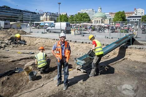 Muuritutkimuksen Kari Uotila viimeistelee liikuntasalin kaivauksia ja siirtyy sen jälkeen täysipäiväisesti Kauppatorin kaivauksille.