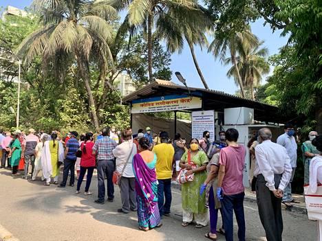 Cooperin sairaalan ulkopuolella Mumbaissa oli pitkä rokotusjono tiistaina.