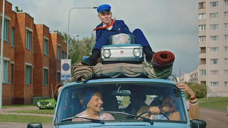 Johannes (Niklas Kouzmitchev, katolla) on Näkemiin Neuvostoliitto -elokuvan päähenkilö. Auton etuistuimilla Ülle Kaljuste (vas.) ja Tõnu Oja.